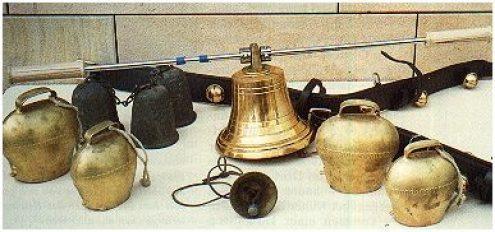 Glocken am Lederriemen